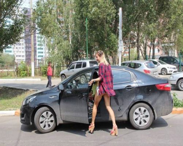 Posto na Russia oferece gasolina de graca para mulheres de biquini (9)