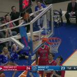 Bola fica presa durante partida de basquete universitário e um salvador inesperado resolve a situaçã...