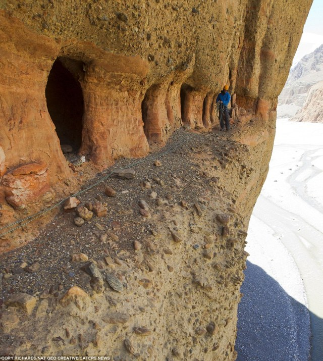mustang caves1