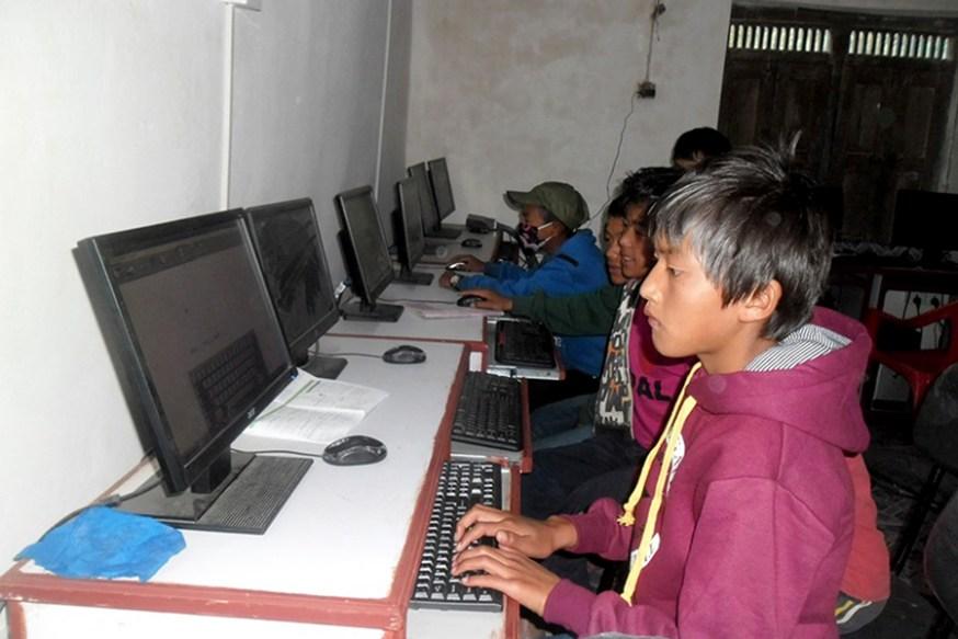 म्याग्दीको महेन्द्र माध्यमिक विद्यालयमा कम्प्युटर सिक्दै बालबालिका । विद्यालयले कम्प्युटर शिक्षा सुरु गरेपछि गाउँका बालबालिकाले कम्प्युटर शिक्षा लिने अबसर पाएका छन् । तस्बिर: कमल खत्री, म्याग्दी, रासस