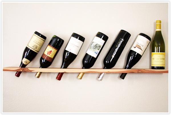Φανταστικό ράφι κρασιού από σανίδα ξύλου