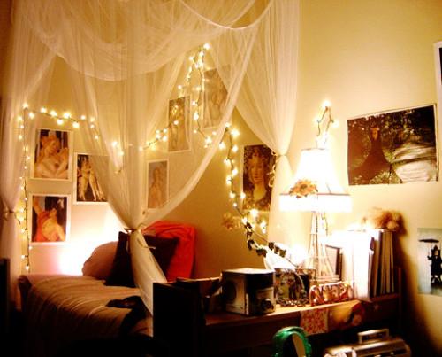 Ιδέες για να κρεμάστε χριστουγεννιάτικα φωτάκια σε μια κρεβατοκάμαρα