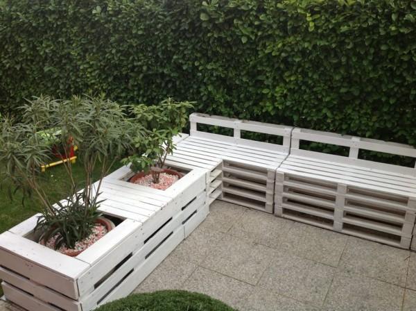 Εκπληκτική Diy παλετοκατασκευή καναπέ με ενσωματωμένες γλάστρες για τον κήπο