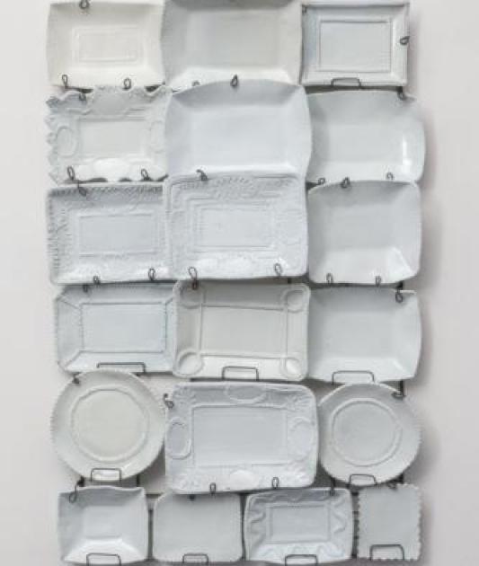 Λευκά πιάτα, σαν ντεκόρ τοίχων
