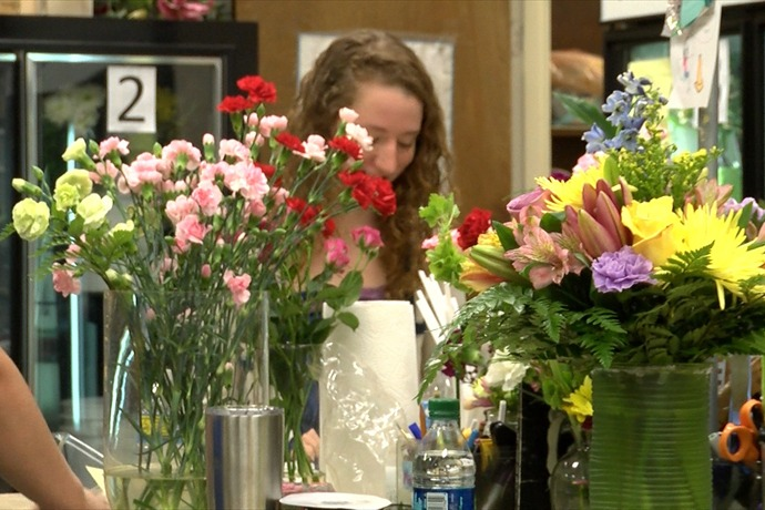 Flower shops busy for Mother's Day_3602625533530424108