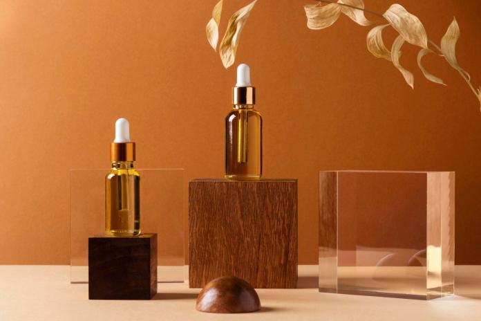 Muchos productos cosméticos como los sueros ofrecen los beneficios del ácido hialurónico