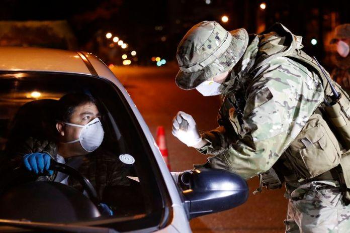 El gobernador Claudio Orrego dijo que el toque de queda persiste para controlar el orden