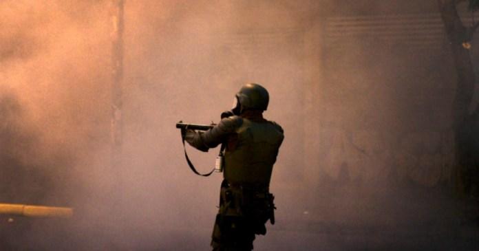 Carabinero que hirió a un joven con una bomba lacrimógena arriesga 5 años de cárcel
