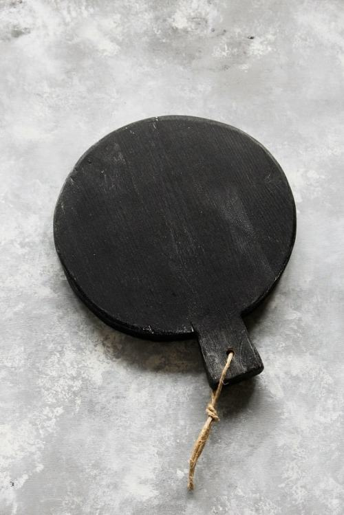 Shabby black round chopping board
