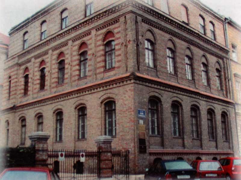 Zgrada u Gundulićevoj ulici u kojoj je Fakultet djelovao od svojih početaka 1975./1976. godine.