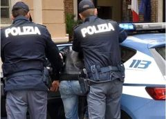 Atti persecutori e minacce. Gli agenti lo hanno bloccato sotto casa della vittima, sua ex, mentre cercava di forzare la porta d'ingresso