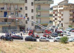 Cade un ponteggio in via Amico Valenti, un ferito