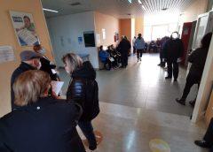 Vaccinazioni in ospedale a Gela, assembramenti per gli ultraottantenni