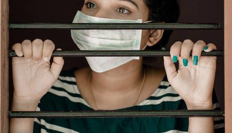 donna con mascherina per Coronavirus