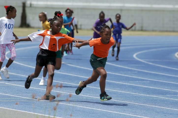 It's a frantic rush to hand off the baton as Bon Accord Government primary lead the pack on the second leg of Heat One in the Girls U-9 4x100M race.