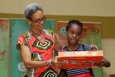 Nikia Forde, who won second place in the 5-8 year old age group, receives a prize from library assistant Althea Perkins. Forde read 97 books.
