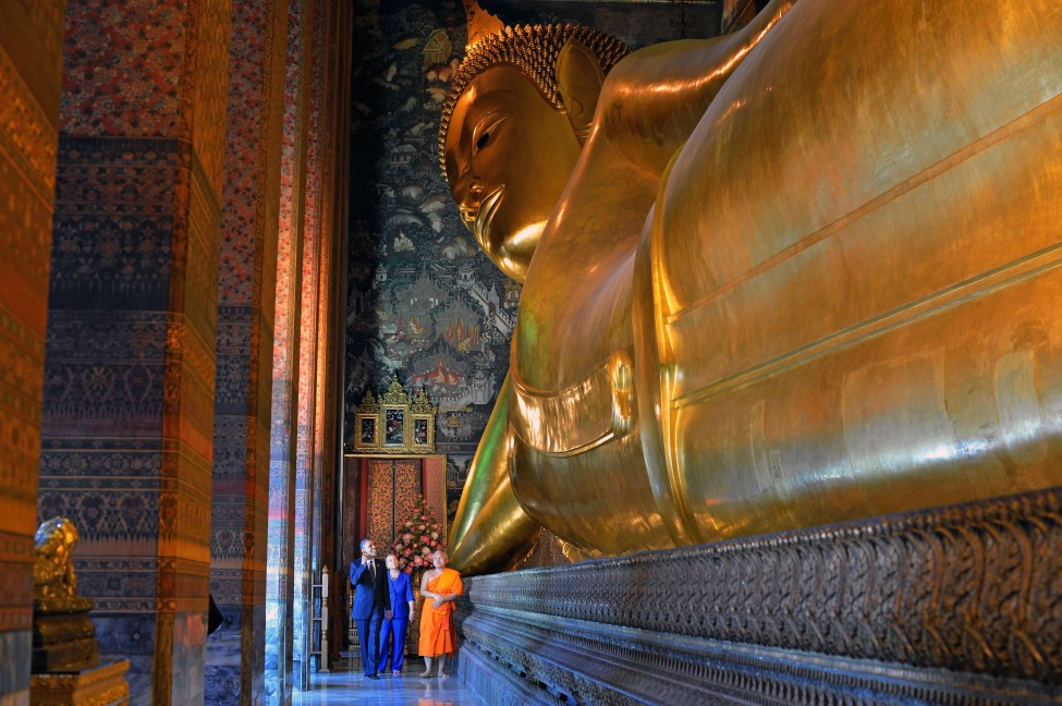 in thailand obama asks wat pho monk for prayers on budget
