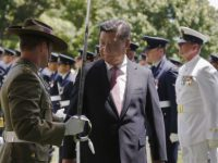 Australian army officer offers directions to China's President Xi as he inspects an honour guard at Government House, Canberra, Australia, 17 November 2014 (Photo: Reuters/David Gray)
