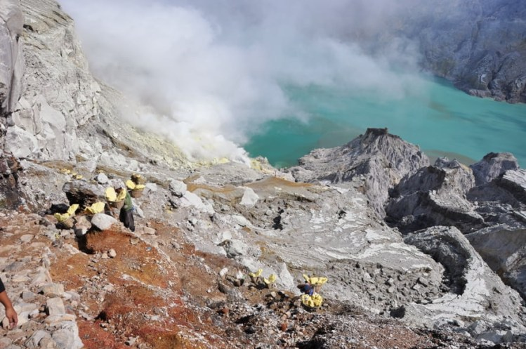 descente cratere kawah ijen java indonesie