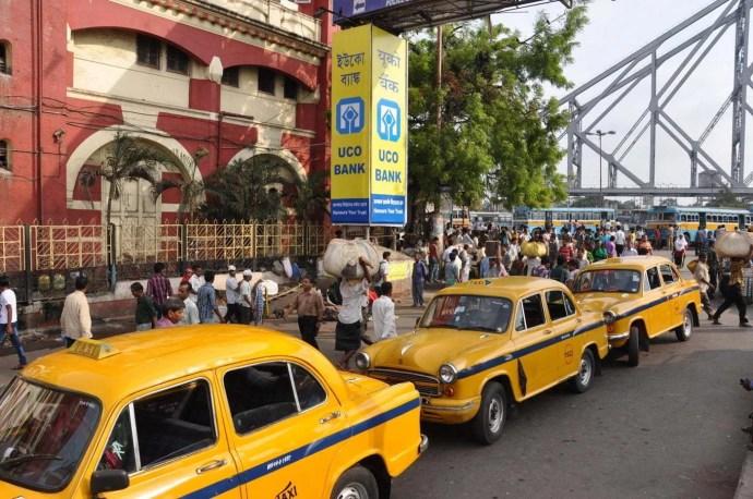 taxis jaune devant gare calcutta - inde