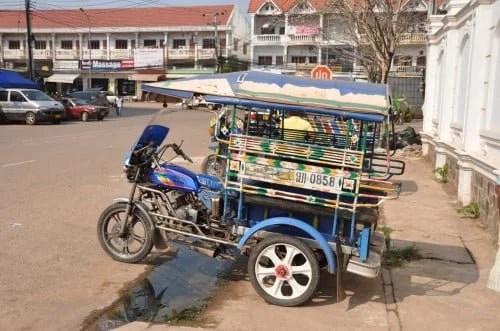 Tuk tuk devant ambassade Thai Vientiane Laos