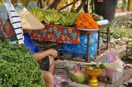 vendeurs offrandes wat si muang Vientiane Laos