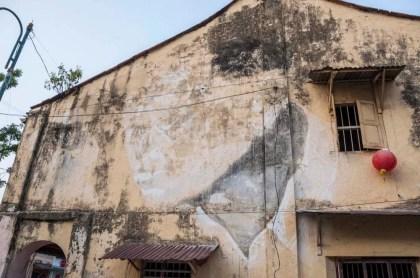 """Une des premières peintures d'Ernest Zacharevic intitulé """"The old man"""" qui est pour l'anecdote sont voisin (car Ernest vit donc toujours à Penang), l'oeuvre a déjà souffert des caprices du temps et ne sera bientôt plus visible..."""