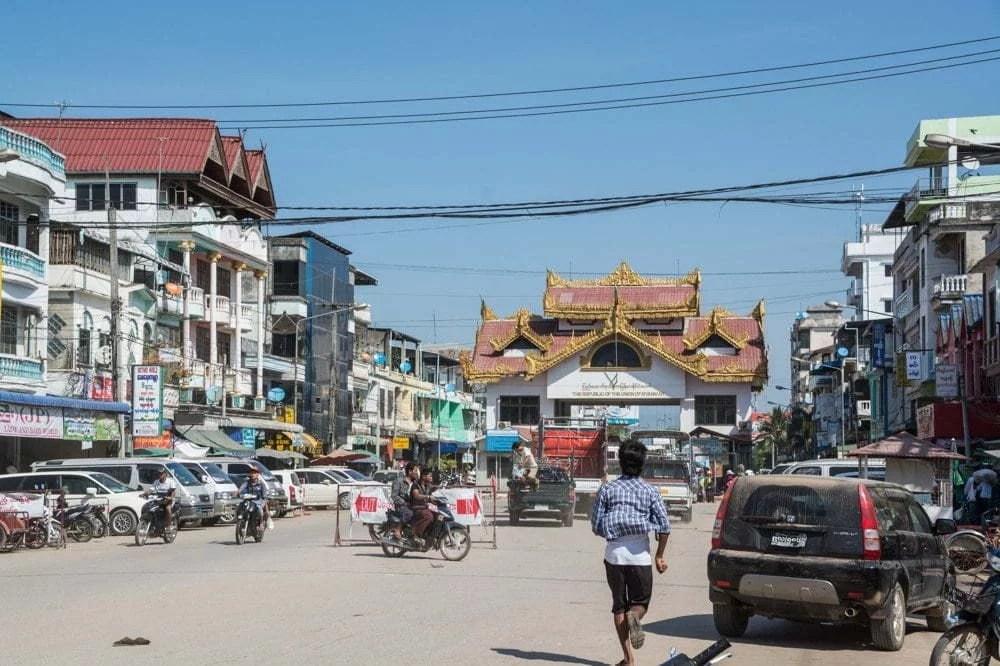 frontière myawaddy mae sot birmanie thailande