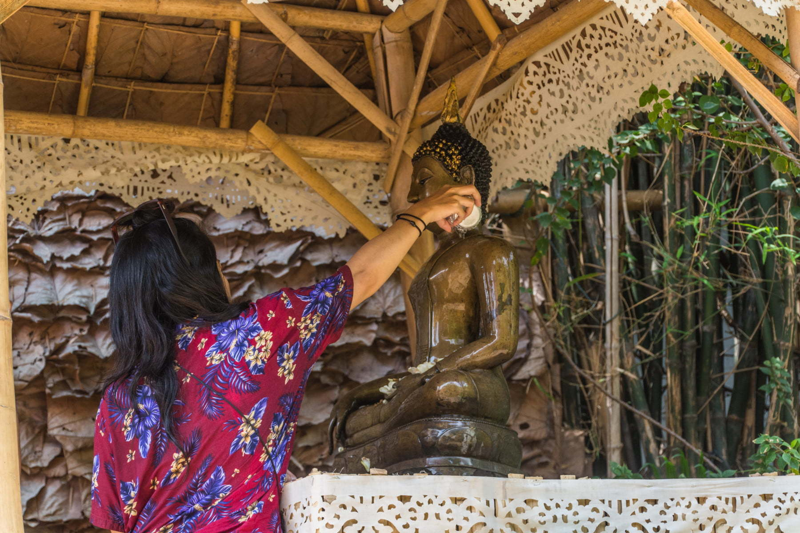 thailandaise verse eau bouddha songkran chiang mai