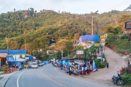 vue ensemble du village au pied du phu chi fah