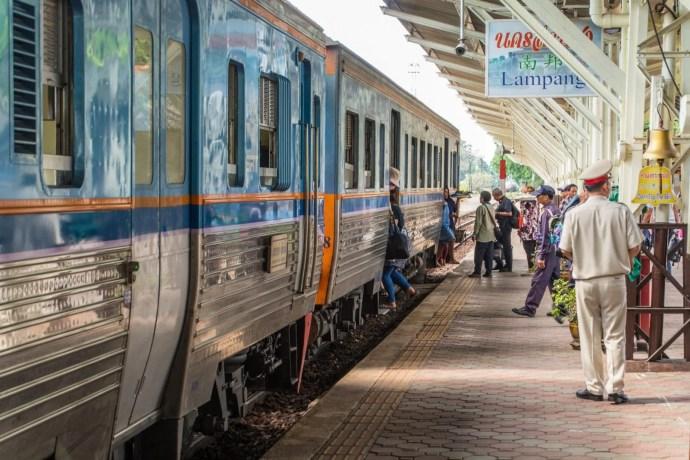 arrivee train gare lampang nord thailande