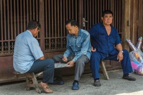 messieurs jouant rue tippawan lampang