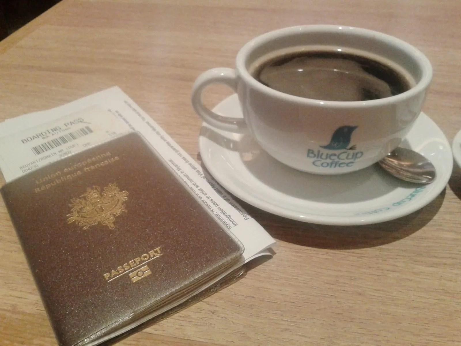 prêt pour le décollage passeport et café