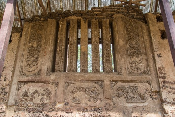 bas-reliefs mur wat nang phaya si satchanalai - thailande