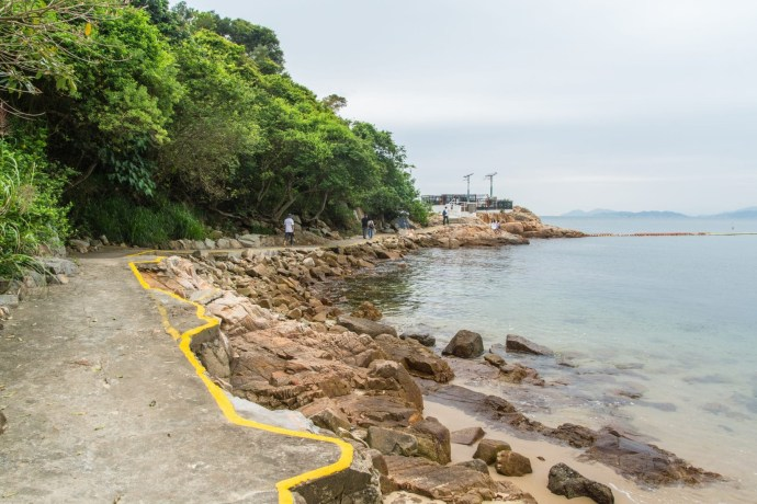 sentier longeant lo so shing beach - lamma island - hong kong