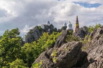 chedis sur pics du wat phra bat phu pha daeng - thailande