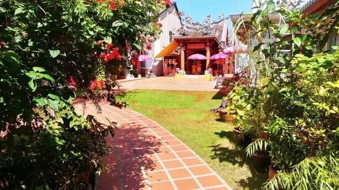 temple chinois shrine serene light phuket town