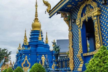 chedi wat rong suea ten - temple bleu - chiang rai