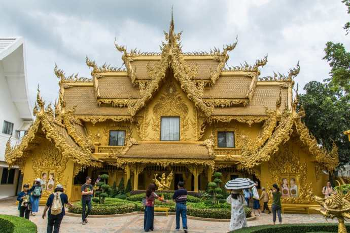 le batiment doree toilettes temple blanc chiang rai
