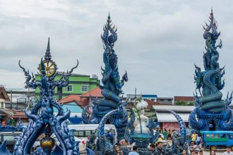 sculptures wat rong suea ten - temple bleu - chiang rai