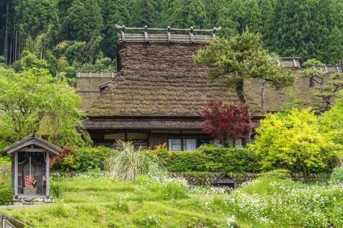une maison du village miyama kayabuki-no-sato - kyoto prefecture japon