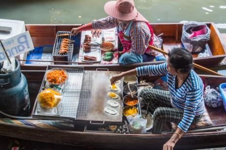 vendeuses bateaux marche flottant damnoen saduak