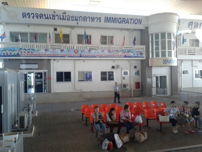 passage frontiere immigration thai