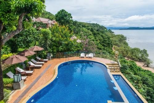 une piscine au victoria cliff resort kawthaung birmanie
