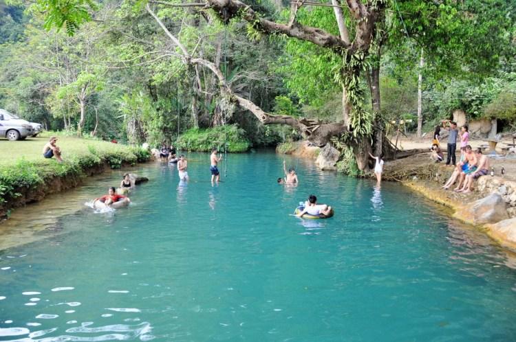 lagon pied grotte vang vieng laos