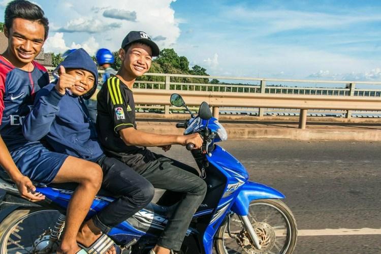 trois jeunes moto paksé - sud laos