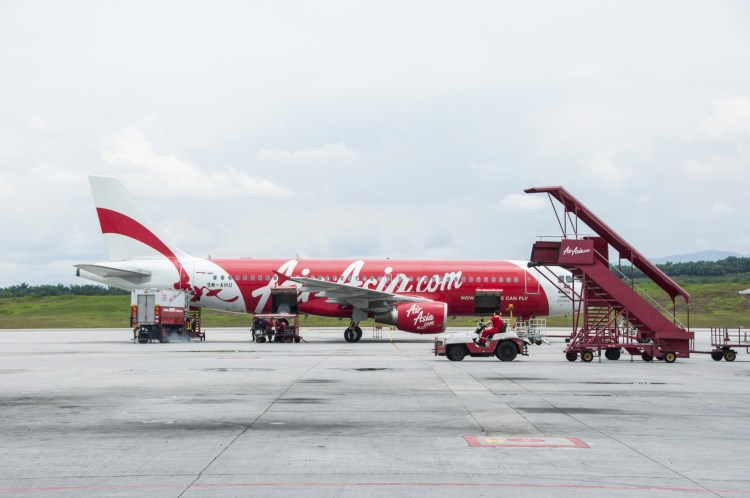 avion airasia tarmac aeroport klia kuala lumpur