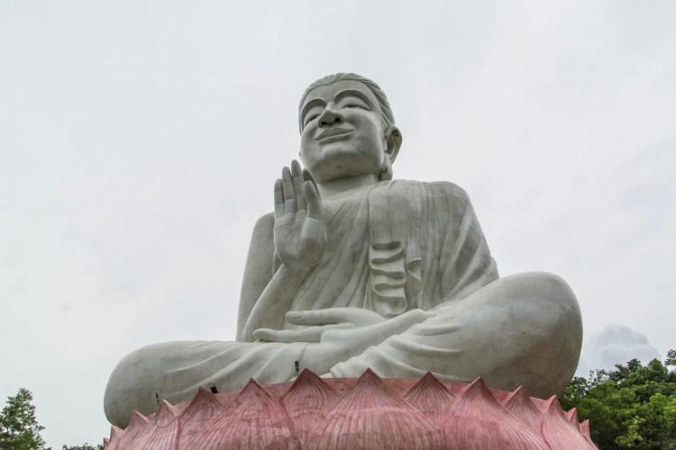 statue bouddha wat kaeo prasert chumphon thailande