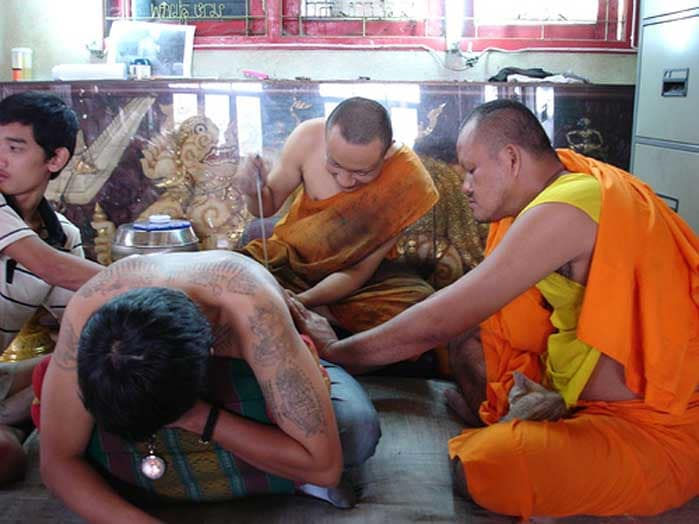 sak yant tatoue par moine -wat-bang-phra