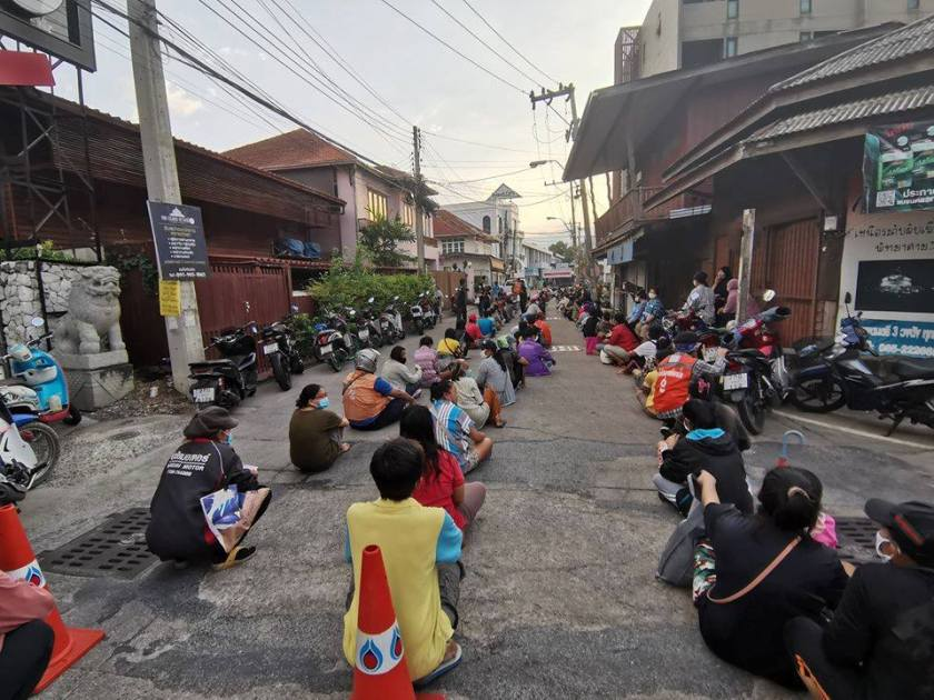 queue attente repas pattaya covid outbreak thailande